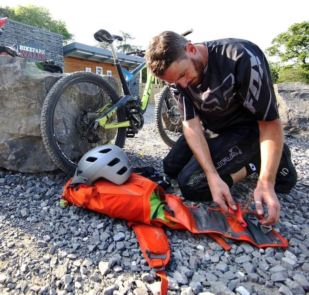a332ccb6af Cyklistický batoh Osprey Zealot 15 - Carbide Grey - Ski a Bike ...
